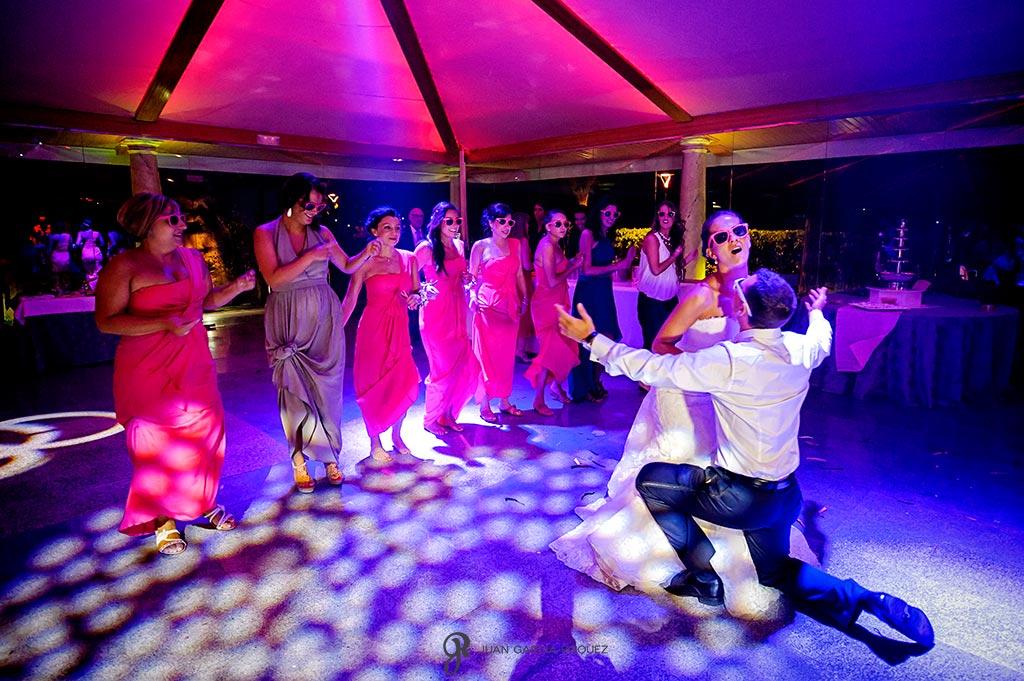 Novios bailan acompañados de sus amigos