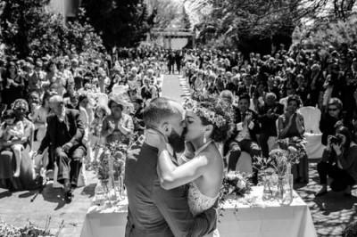 Pareja besándose en su reportaje de bodas en martos