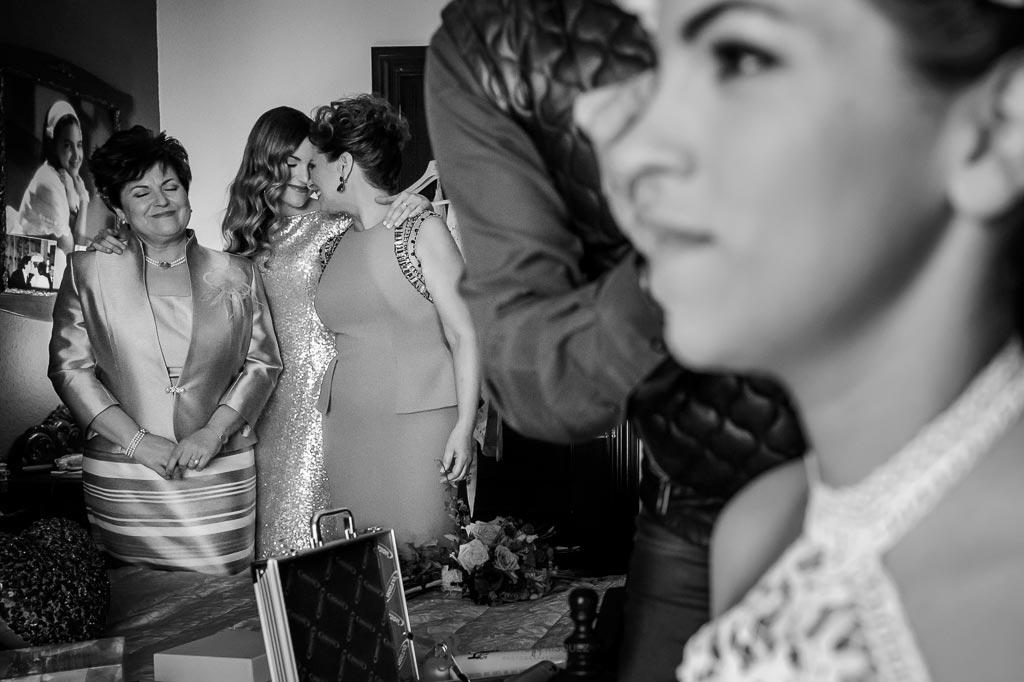 Hermana, madre y tía observan a la novia mientras la maquillan