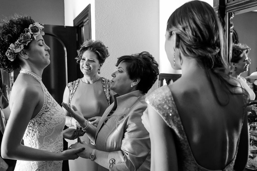 Familia anima a la novia antes de salir de su casa