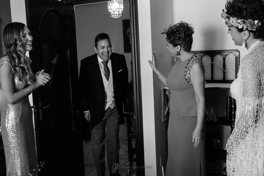 Padre se emociona al ver a su hija vestida de novia