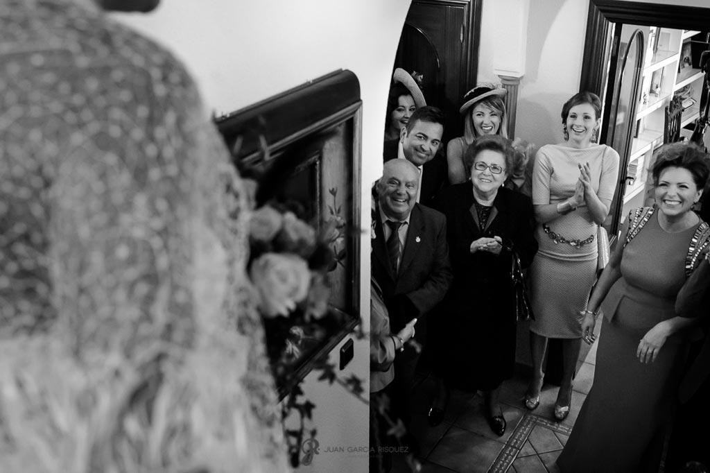 Amigos y familiares ven a la novia por primera vez