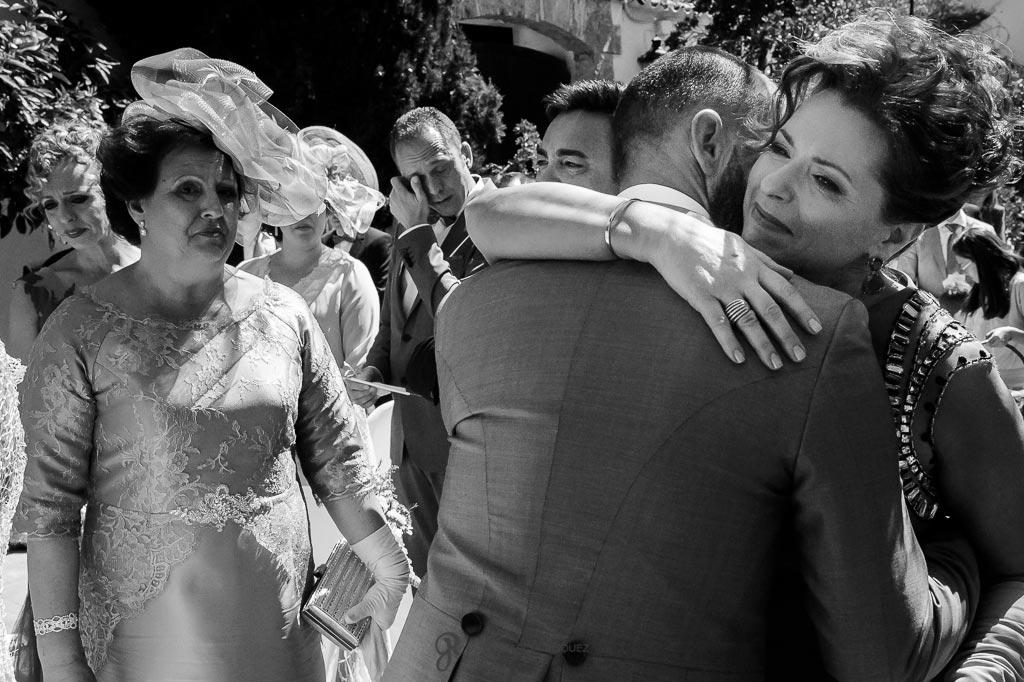 Novio abraza a su suegra antes de casarse
