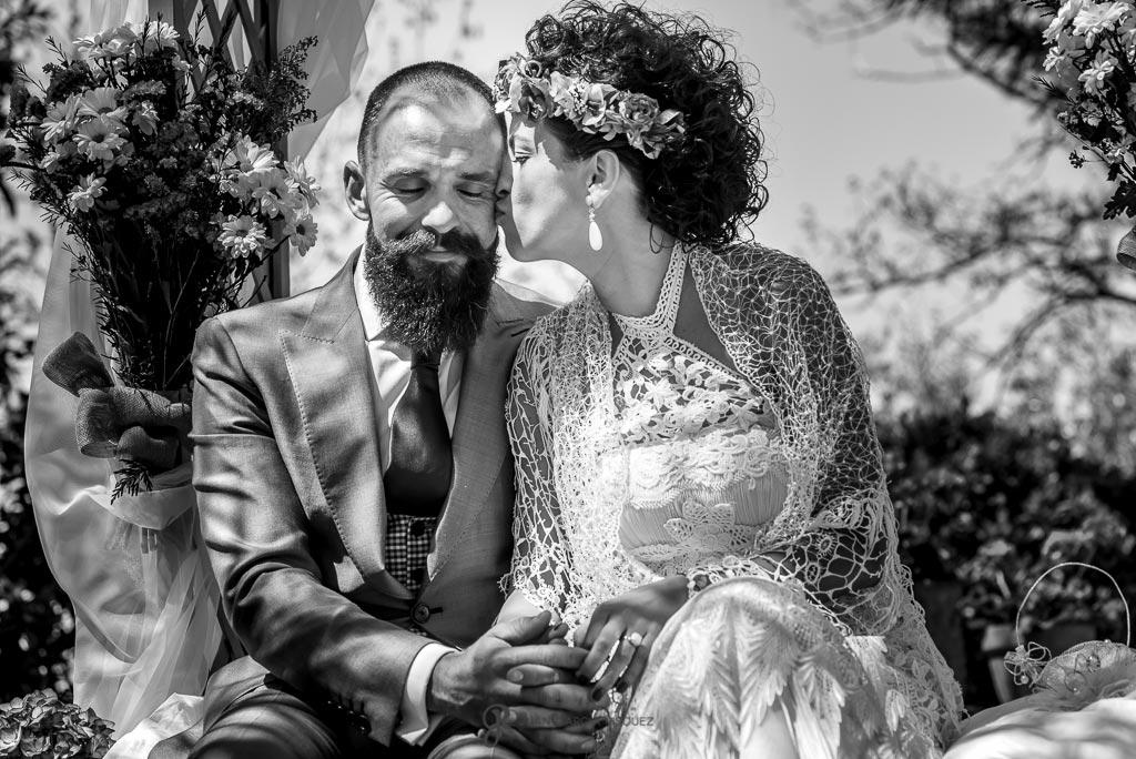 Novia besa a novio antes de casarse