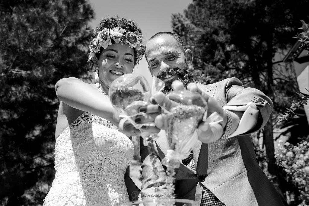 Novios se casan por el rito de la arena