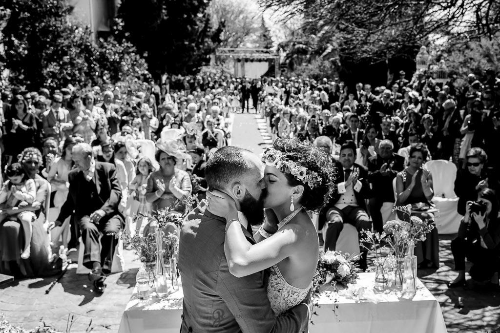 Novios se besan al finalizar la ceremonia