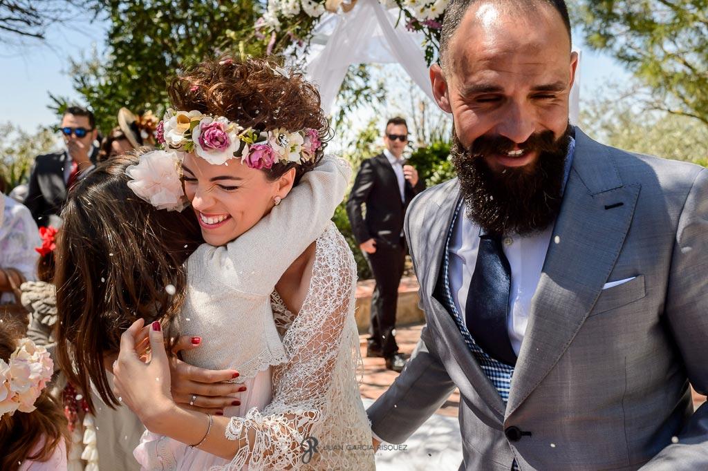Novia abraza a su sobrina tras la ceremonia