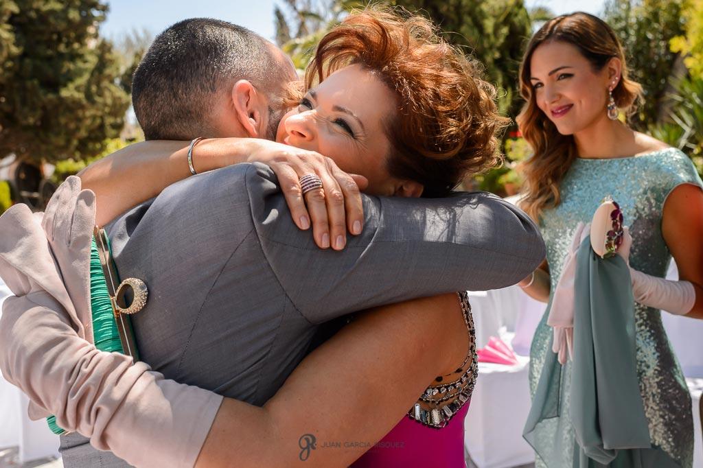 Madre de la novia abraza al novio