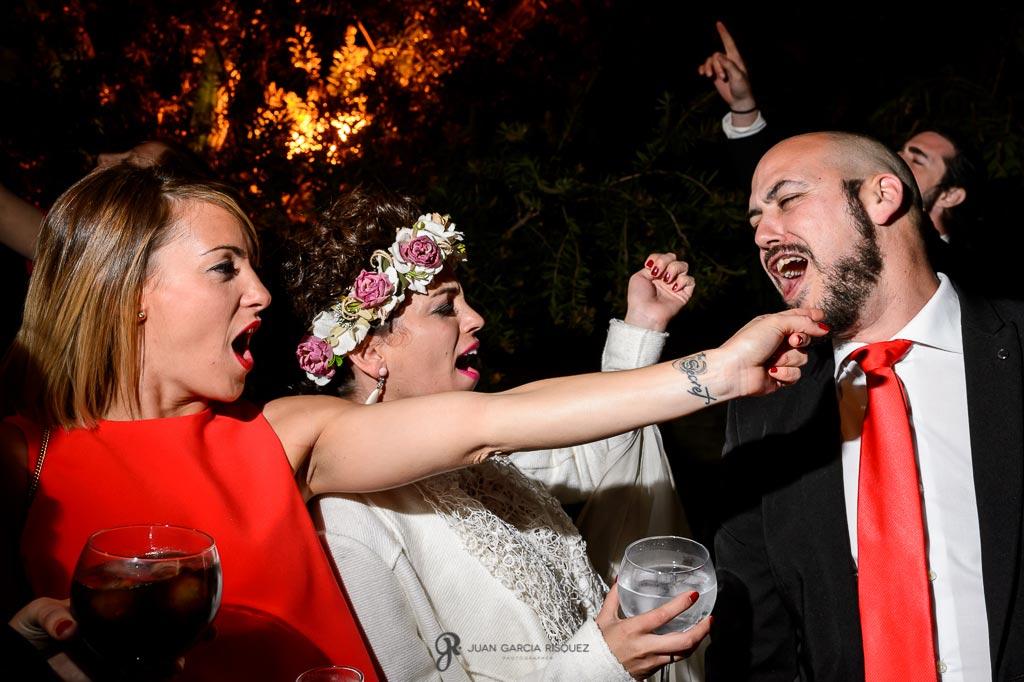 Amigos de la novia bailan