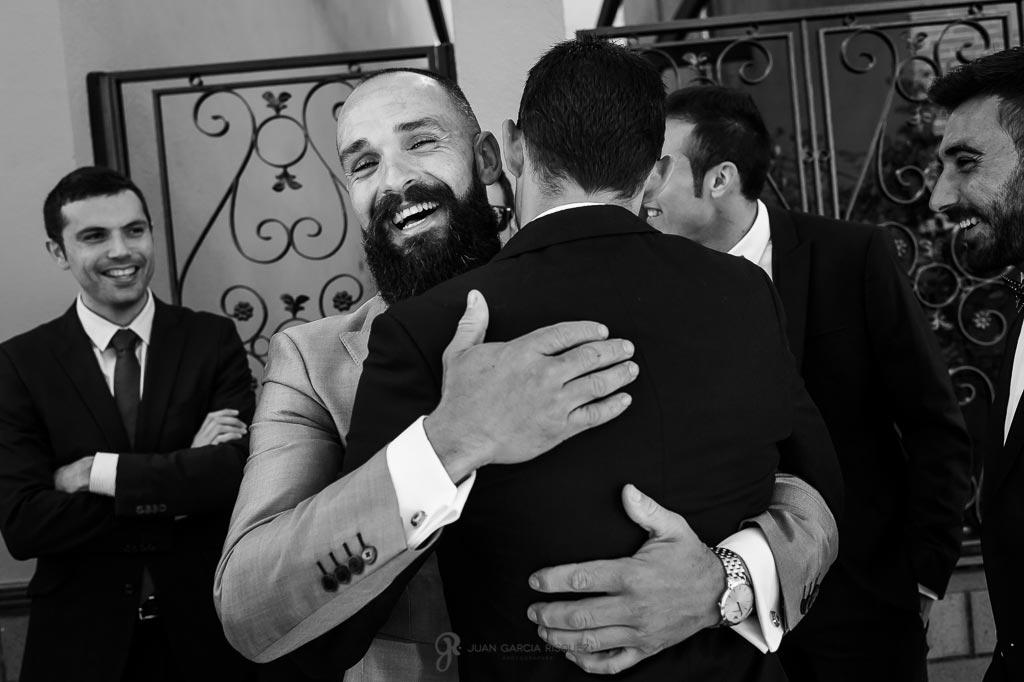 Novio abraza a un amigo