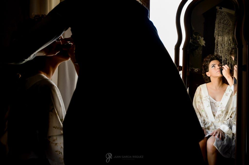 Novia se maquilla en su casa