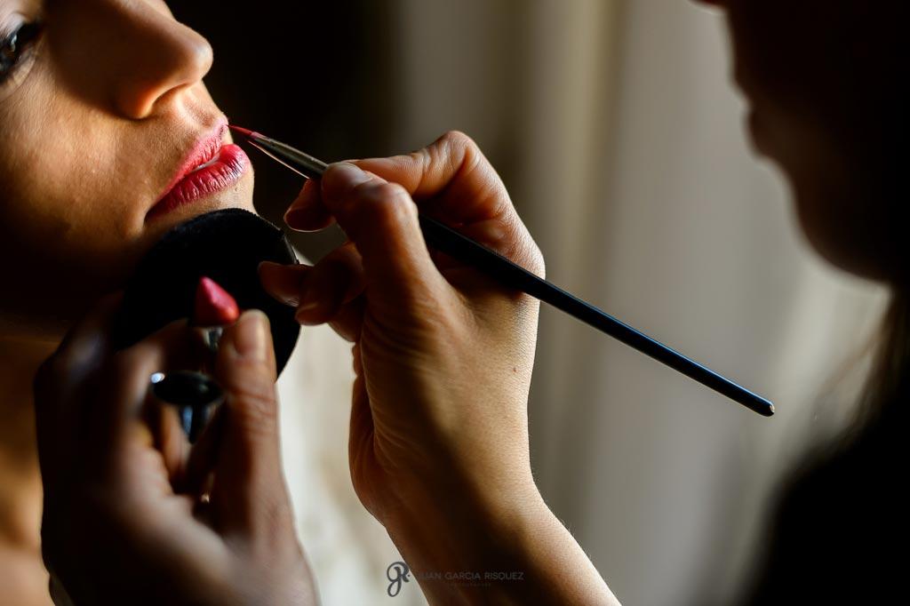 Novia se pinta los labios