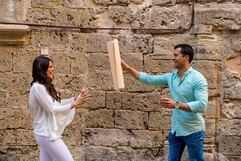 Fotos de novios anunciando su compromiso en Granada