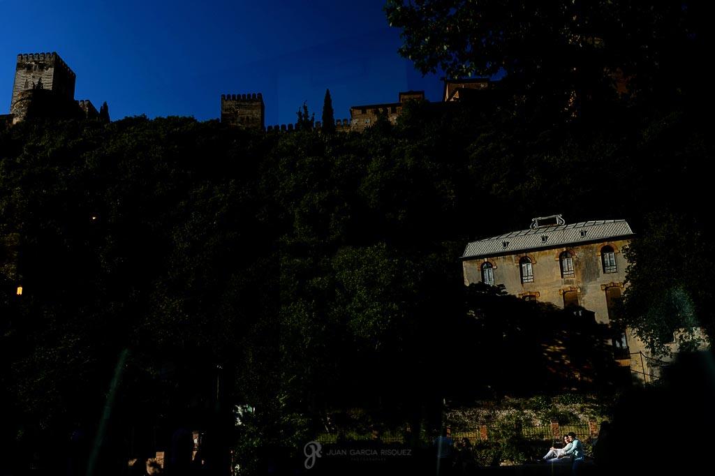 Fotos de un reflejo de unos novios durante su preboda en Granada