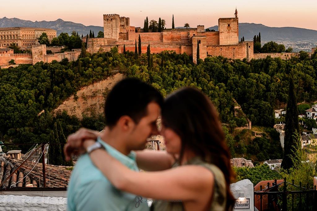 Fotos de preboda al atardecer frente a la Alhambra
