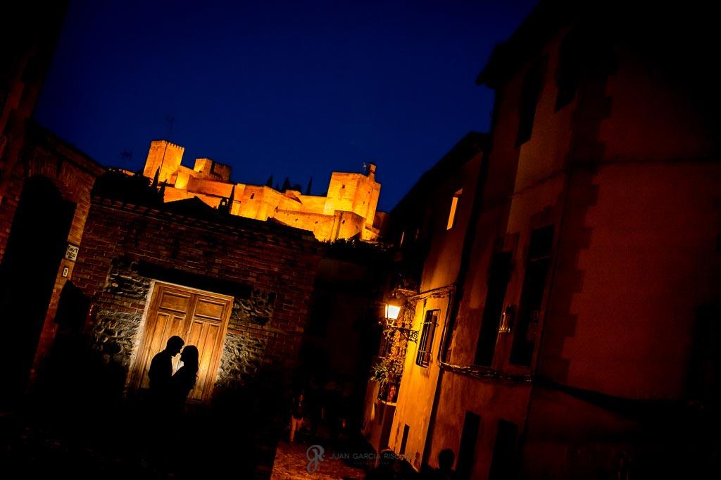Fotos creativas en Granada bajo la Alhambra