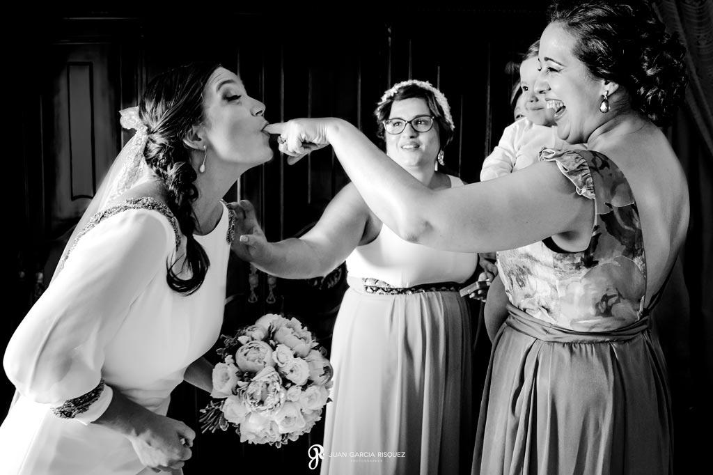 Amigas quitan el pintalabios que sobra a la novia