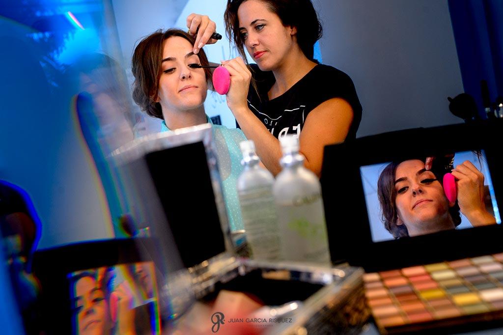 Reflejos de novia maquillándose para el día de su boda