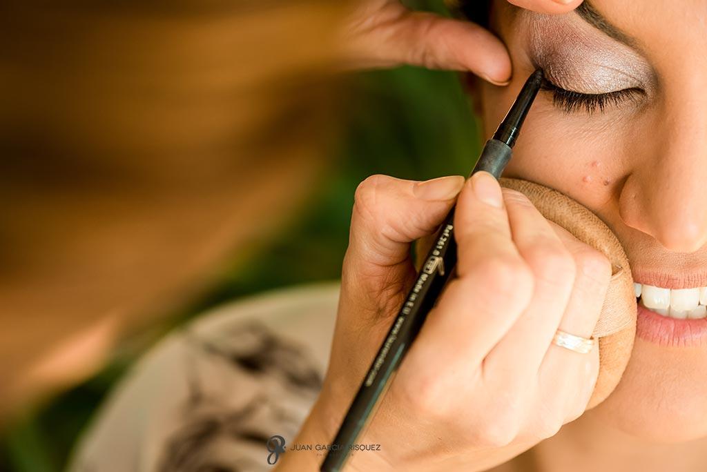 Novia se maquilla los ojos para el día de su boda