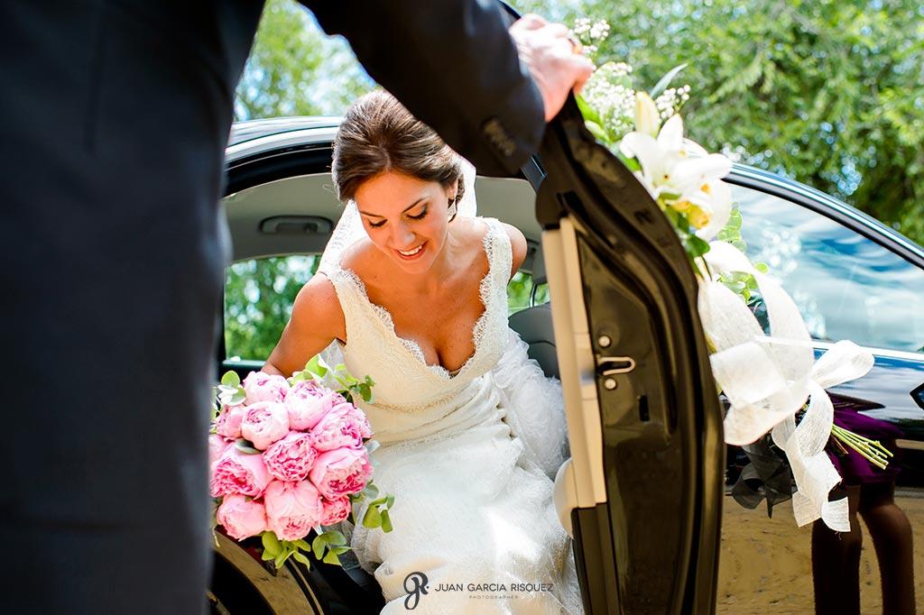 Novia sale del coche con su ramo de novia original