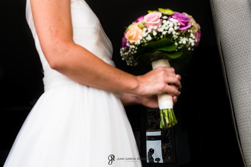 Novia posa con su ramo de flores