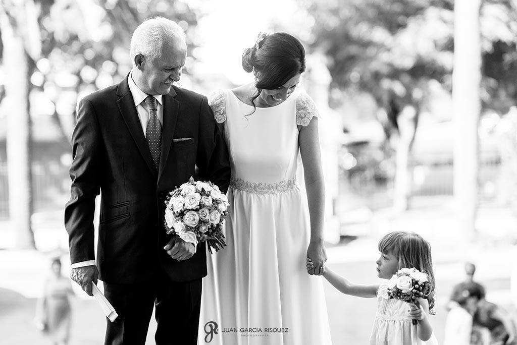foto de vestido de novia entrando a la iglesia con su padre