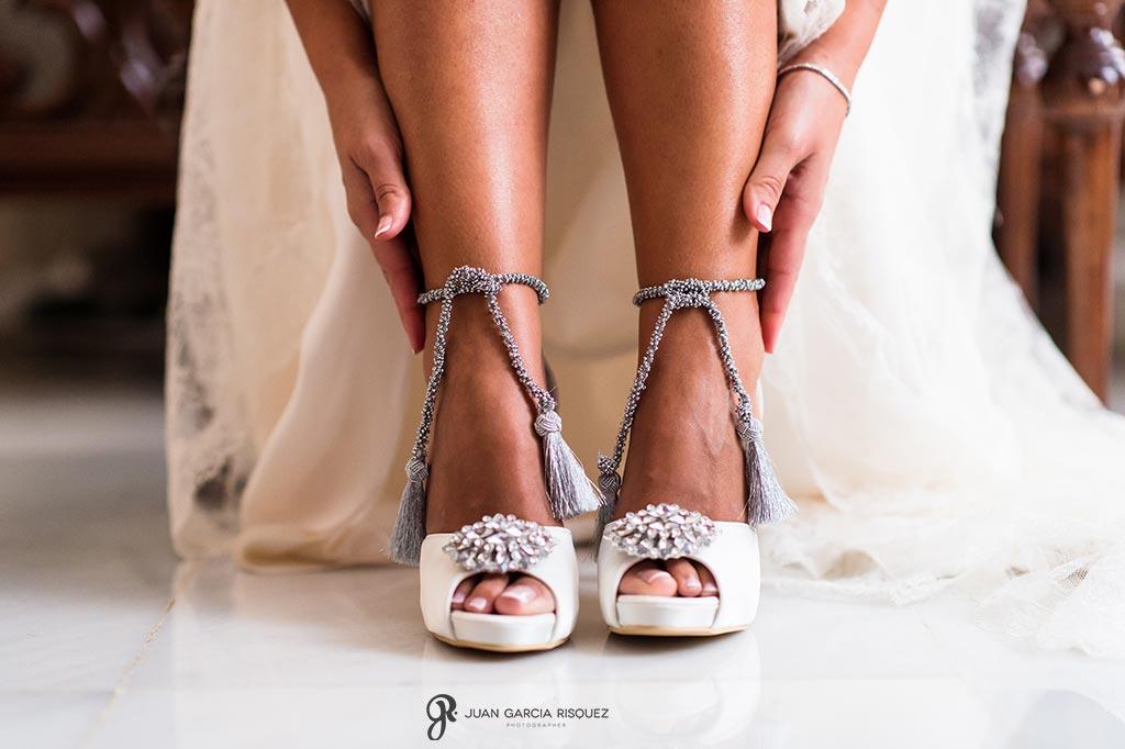 Pose con zapatos de novia