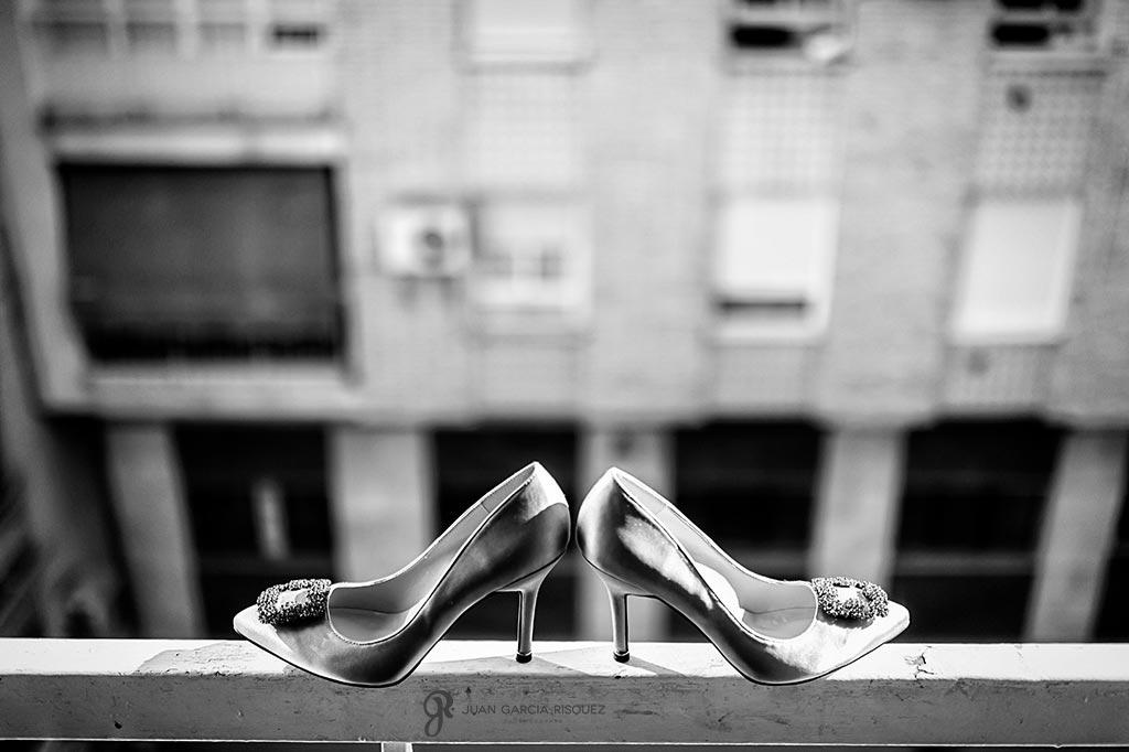Zapatos de novia Manolo Blahnik en un balcón