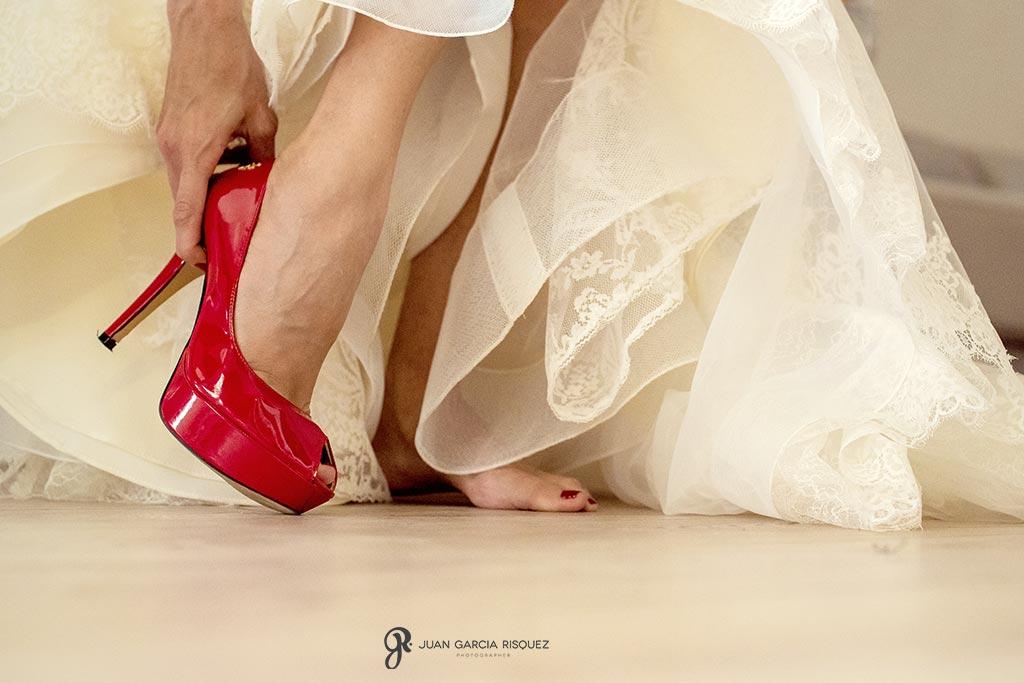 Novia se coloca los zapatos