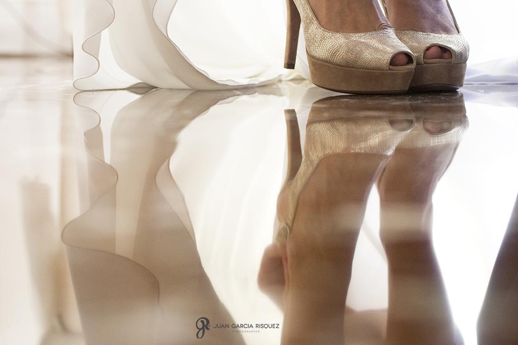 Novia se pone los zapatos