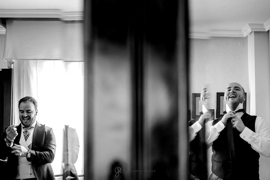 Hermanos vistiéndose para ir a su boda a un cortijo en Jaén