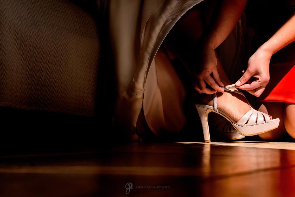 Fotografía diferente mientras la novia se pone sus zapatos