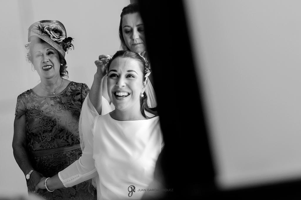 Fotografía de una novia cogiendo a su madre emocionada el día de su boda