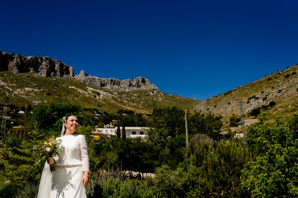 Impresionante foto de una novia bajo la montaña