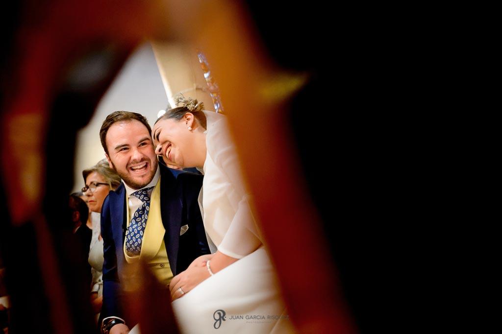 Fotos de novios acariciándose durante su boda religiosa