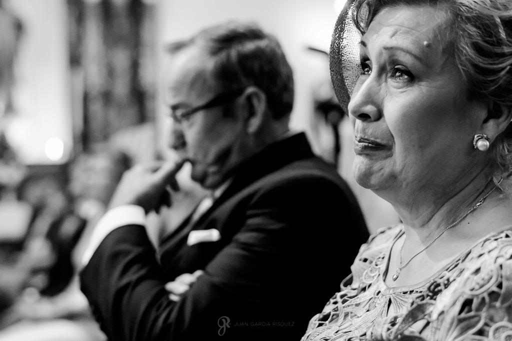 Fotos de una madre emocionada en la ceremonia religiosa mientras se casa su hija