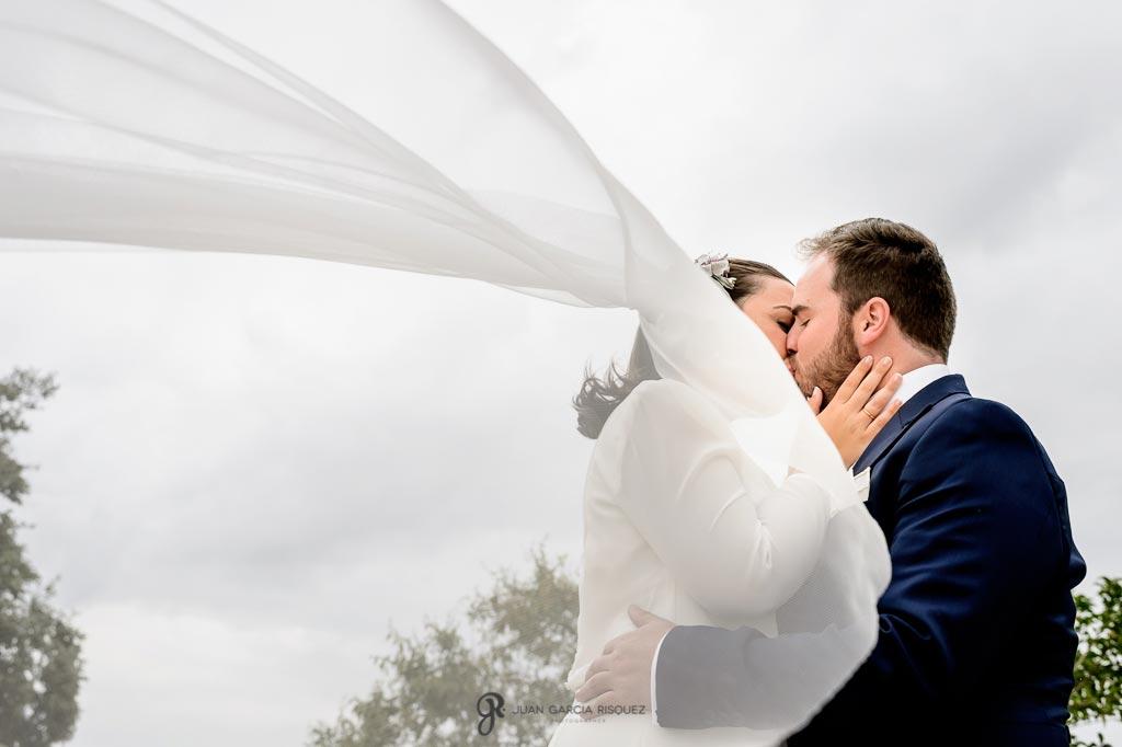 Fotografía de novios recién casados en un cortijo en Jaen