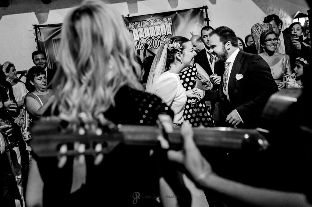 Fotos de novios bailando un pasodoble en su boda en Jaén