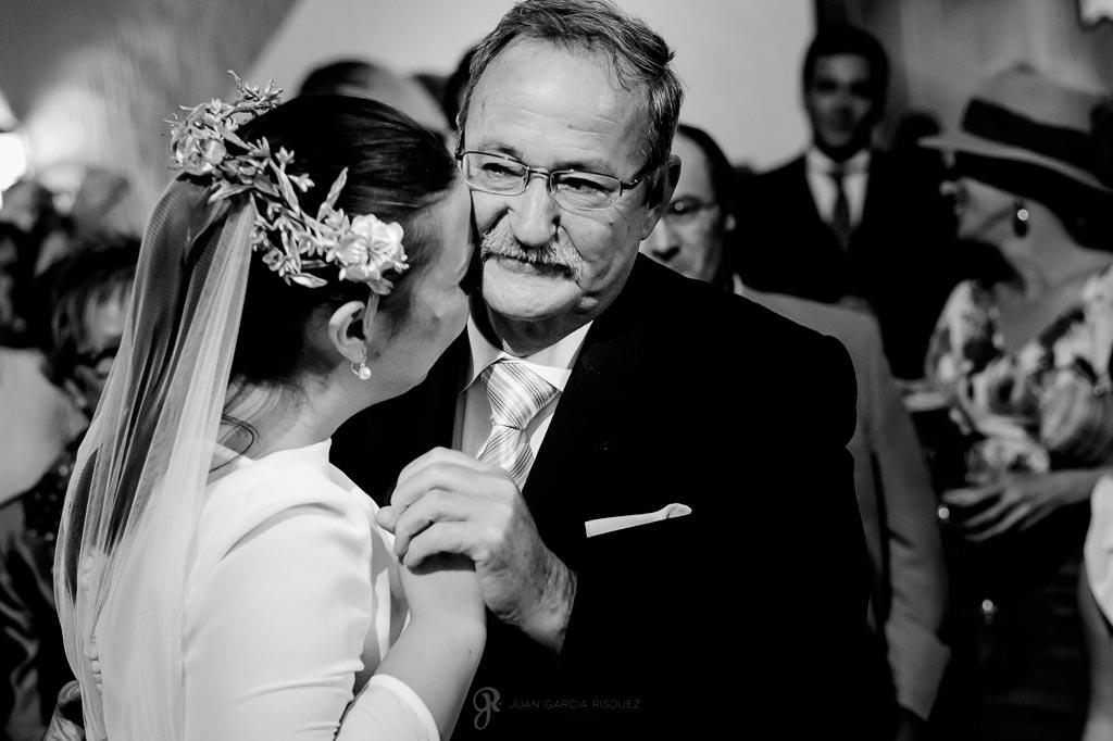 Fotografía de una novia abrazando a su padre el día de su boda