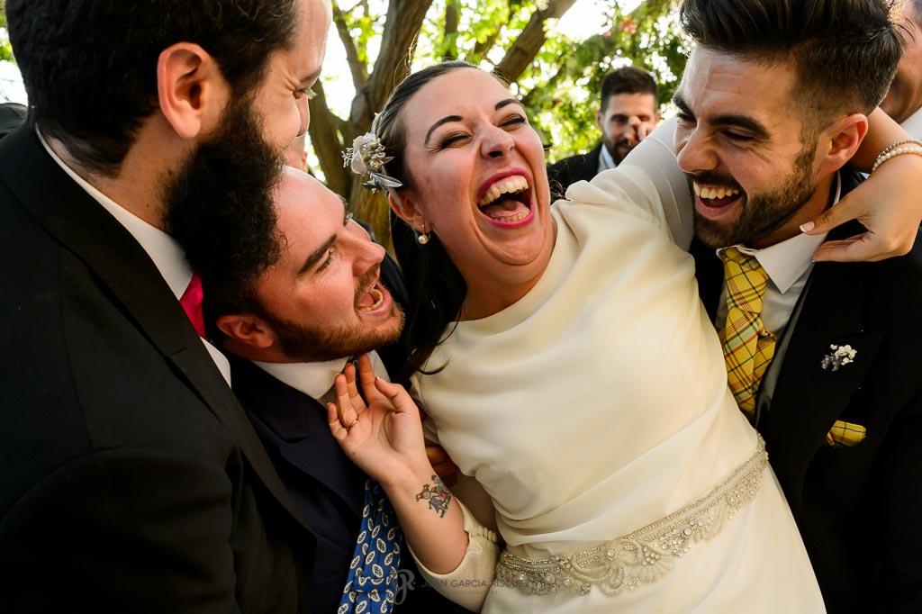 Fotografía de una novia disfrutando con sus invitados en su boda en un cortijo en Jaén
