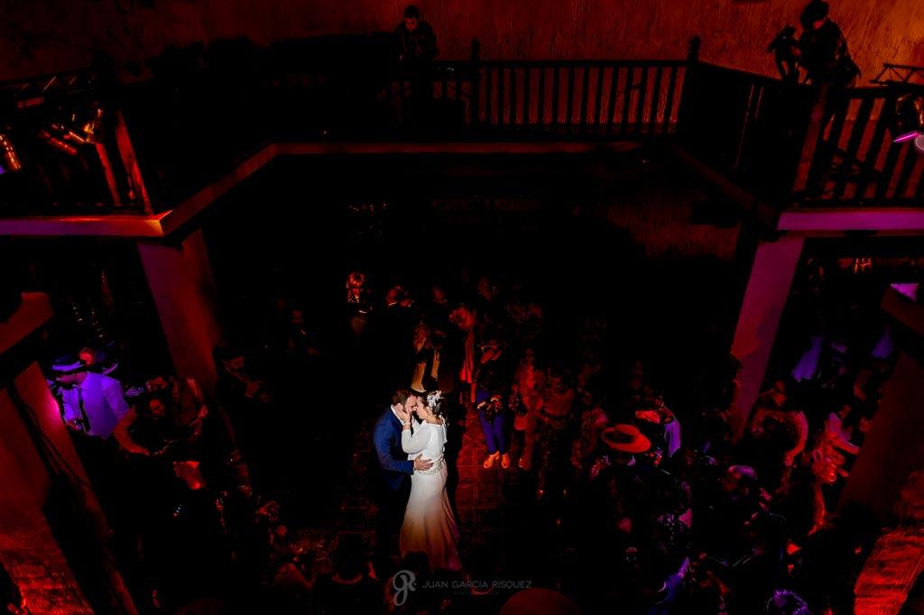 Fotografía de primer baile de novios en una boda en un cortijo de Jaén