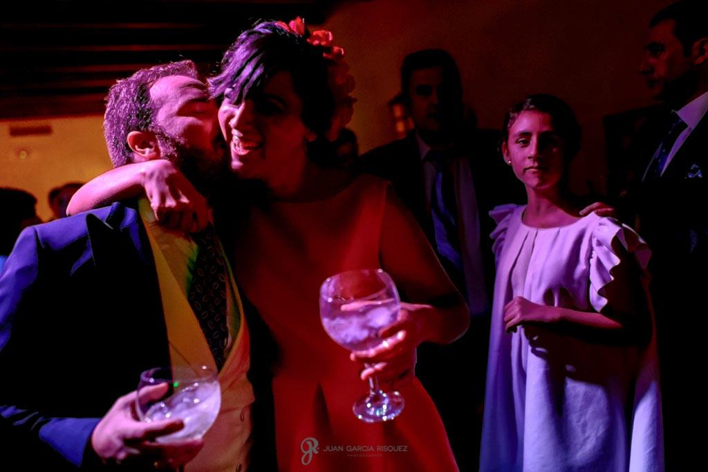 Fotografías de una invitada abrazando al novio en su boda