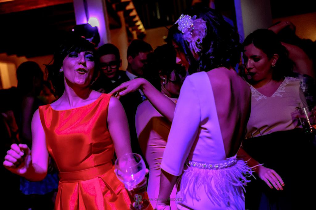 Fotografías de las amigas de los novios bailando en una boda en un cortijo