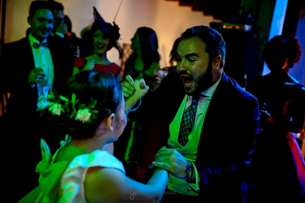 Fotografías del novio disfrutando mientras baila con una niña en su boda