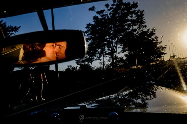 Novios se besan en el coche una vez que se han casado