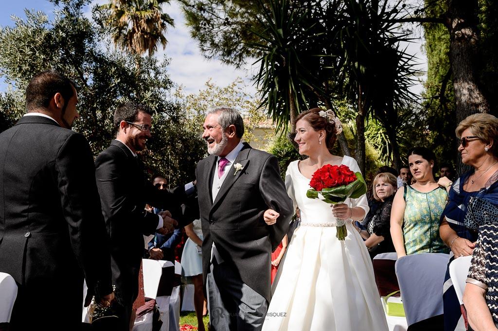 Padrino y novia caminan hacia el altar