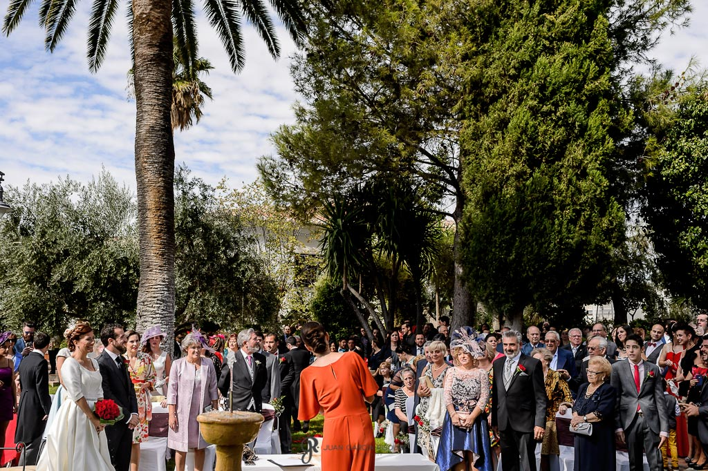 Asistentes a la boda civil escuchan atentos