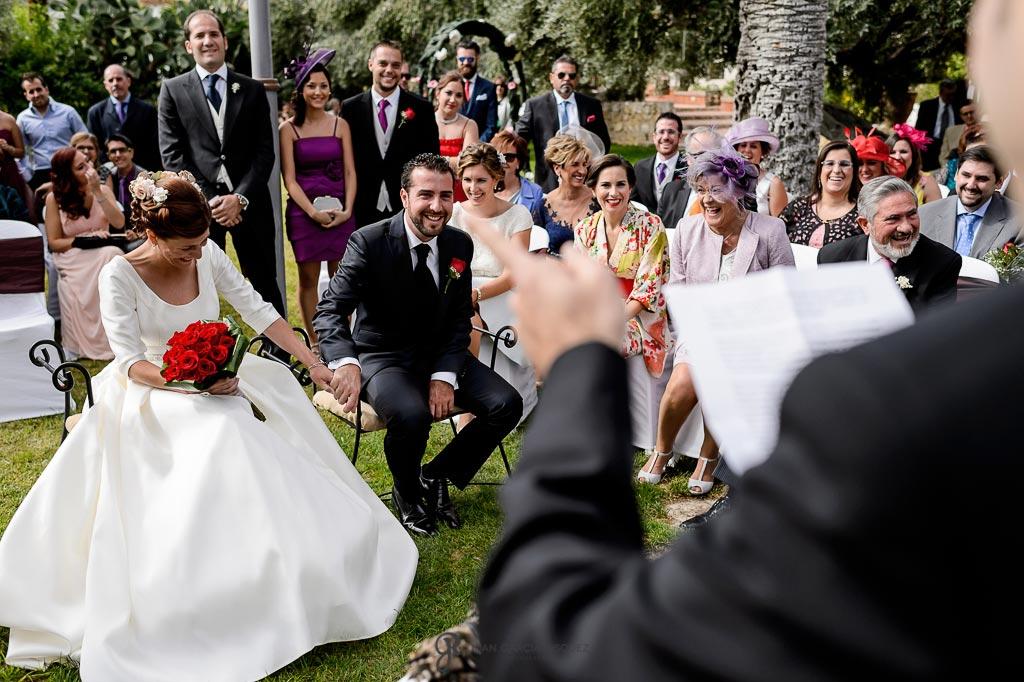 Novios esperan a ser casados
