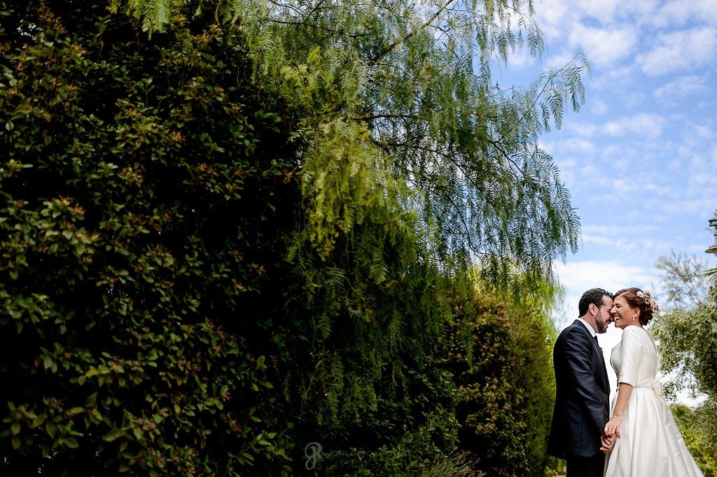 Novios posan para su reportaje de boda