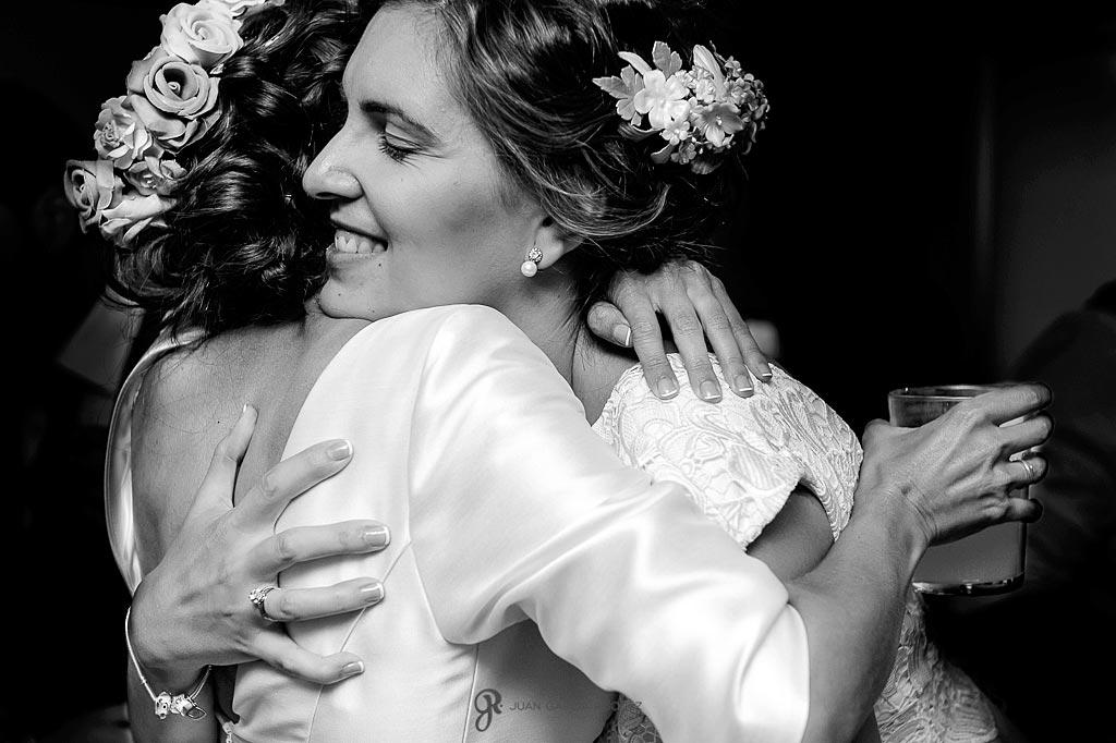 Hermana de la novia le abraza